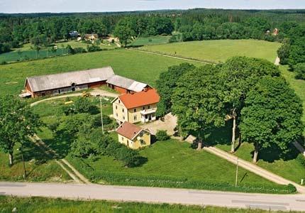 Vegby Bolsgård är en anrik släktgård nära Alvesta. På gården finns söta katter och nötdjur. Barnvänlig gård.
