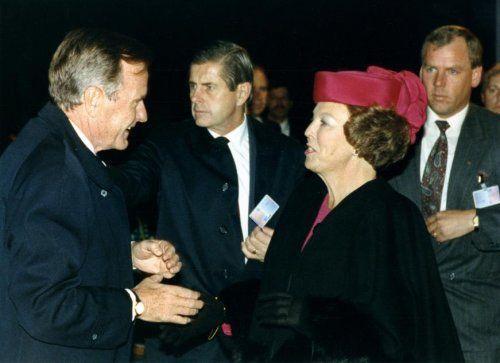 George Herbert Walker Bush (1924) was de 41e president van de Verenigde Staten van Amerika en regeerde van 1989 tot 1993. Koningin Beatrix ontvangt hem hier op Paleis Noordeinde te Den Haag. 8 november 1991.