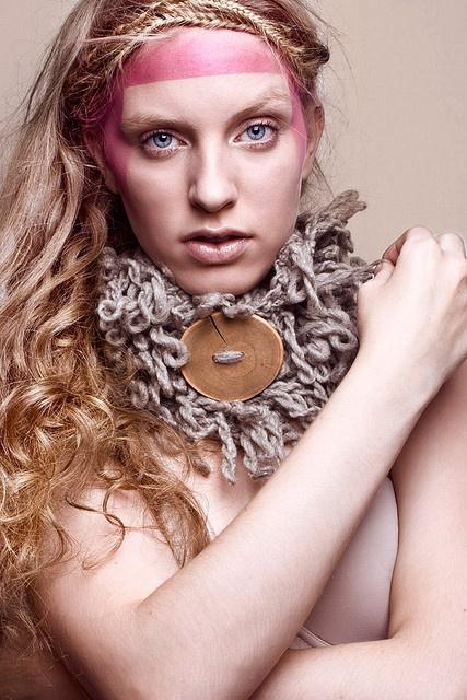 Cuello de lana natural gris. Botón de Guayacán. by Mercedes Galarce .:Miti - Mota:., via Flickr