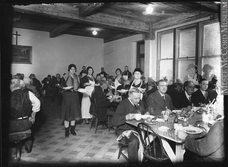 MP-1978.107.53 Photographie  Soupe populaire dans le sous-sol d'une église, Montréal, QC, vers 1930  Anonyme - Anonymous  Vers 1930, 20e siècle  Plaque sèche à la gélatine  12 x 17 cm  Achat de Napoleon Antiques  MP-1978.107.53  © Musée McCord
