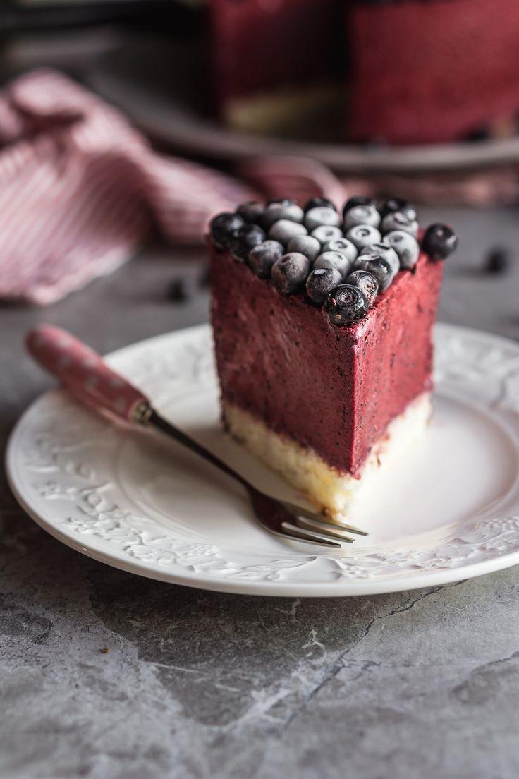 Такой сочный торт практически без выпекания (всего-то 15 минут для выпечки основы не будем считать) как нельзя кстати поможет справиться с жарой и зноем, благо сейчас сезон ягод и можно вместо черники использовать практически любые другие ягоды, причем чем они кислее, тем лучше! Обратите внимание на черную смородину, малину и вишню.