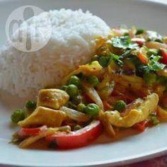 Kip kerrie met paprika en doperwten en eventueel ananas