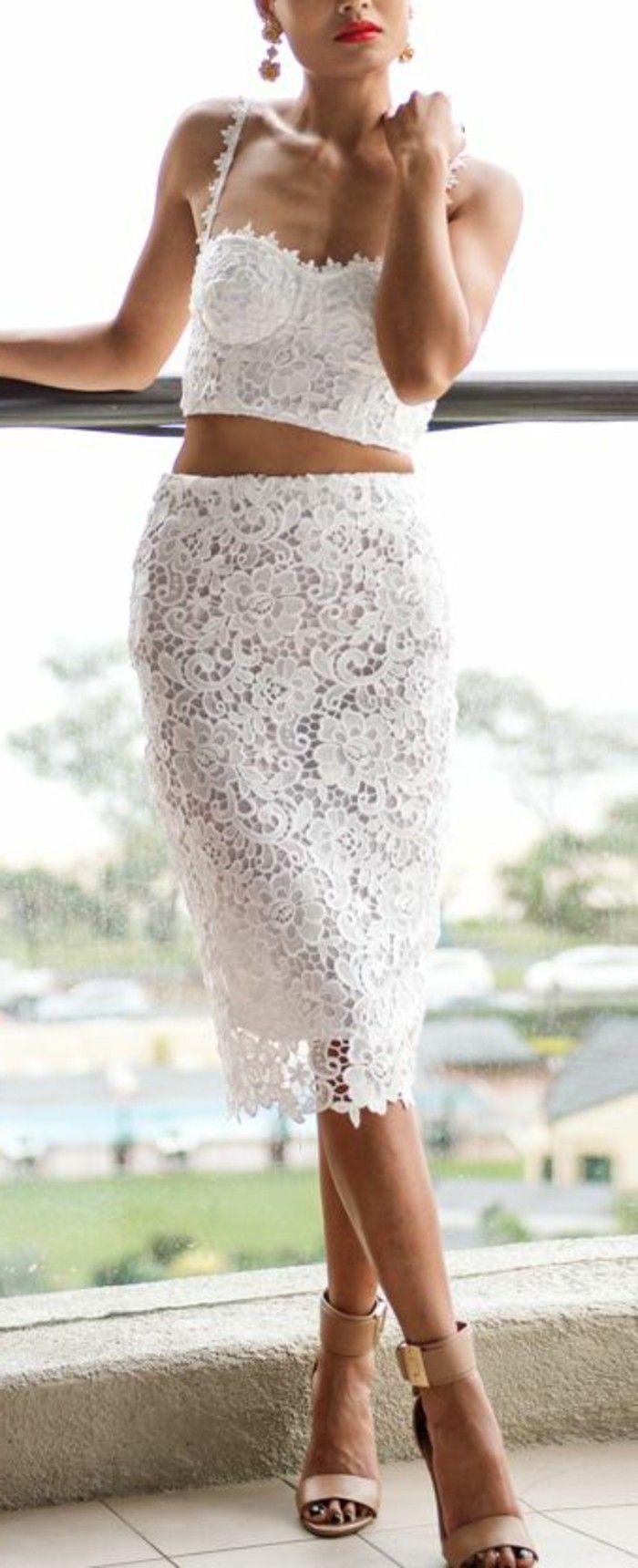 jupe mi-longue en dentelle blanche, talons hauts beiges top en dentelle