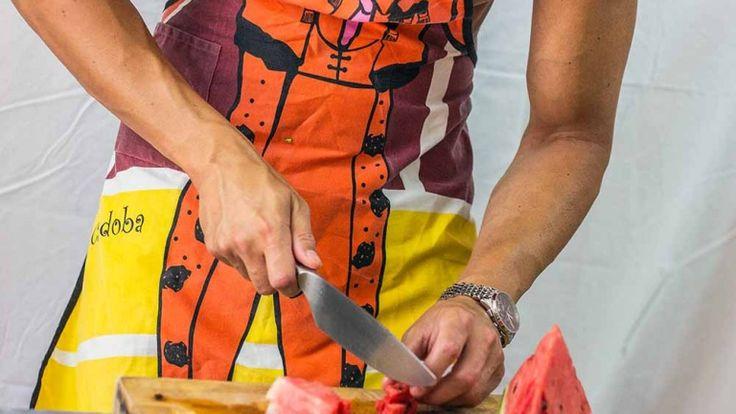 Chef nudo, uomo muscoloso in cucina, modello con grembiule, Naked Nick