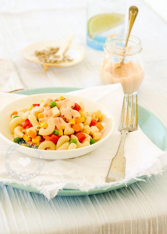 """Receta Ensalada de Pasta (Coditos o Macarrones): Rica y cremosa ensalada que va muy bien en fiestas """"de traje"""" y picnics. Perfecta para acompañar BBQ."""