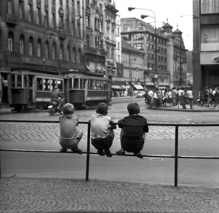 Kluci sledující křižovatku (1775-1) • Praha, červenec 1962 • | černobílá fotografie, Václavské náměstí, Můstek, doprava, ruch, tram |•|black and white photograph, Prague|