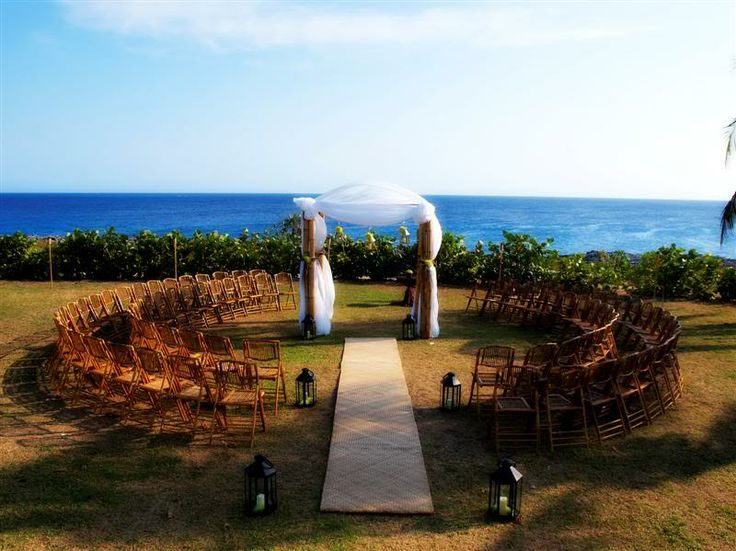 Love the circular ceremony seating. I'd definitely need a lot more chairs though..haha.