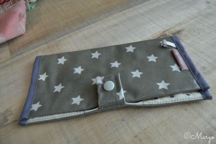 J'ai craqué, je me suis offert ce porte-chèque! Les étoiles, j'adore! En plus, il est très pratique d'utilisation, il m'a coûté que 19€