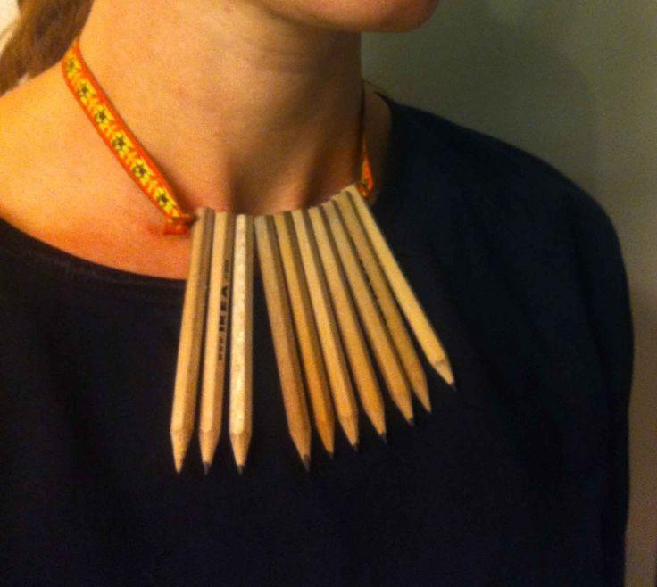 Om du ofta är på IKEA kan du göra ett pennhalsband.