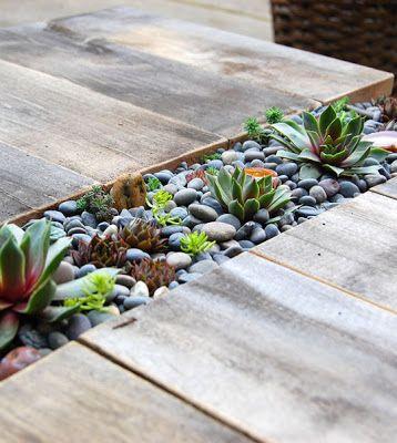 Lange planten bak met vetplanten, kaarsen en stenen. Link Love.