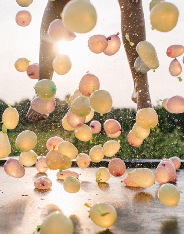 Wasserballon Trampolinspringen erfrischende und spa�ige Aktivität für einen Kindergeburtstag im Freien. Noch mehr tolle Ideen gibt es auf www.Spaaz.de