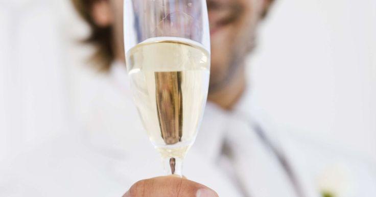 Cómo aclarar vino turbio . Mientras que cada vinicultor casero apunta a producir un vino cristalino claro de sabor completo, un resultado turbio puede arruinar el aspecto y algunas veces incluso el sabor del producto final. Un vino turbio puede ocurrir por varias razones, incluyendo el método de preparación de frutas, la fabricación incorrecta o la contaminación de los ...