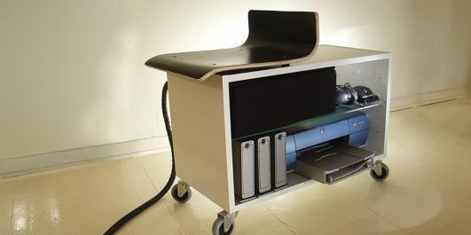 Kontoret PLASS TIL ALT: Her kan du sette disker, printere og annet du trenger, og s� har du plass til rumpa p� toppen.