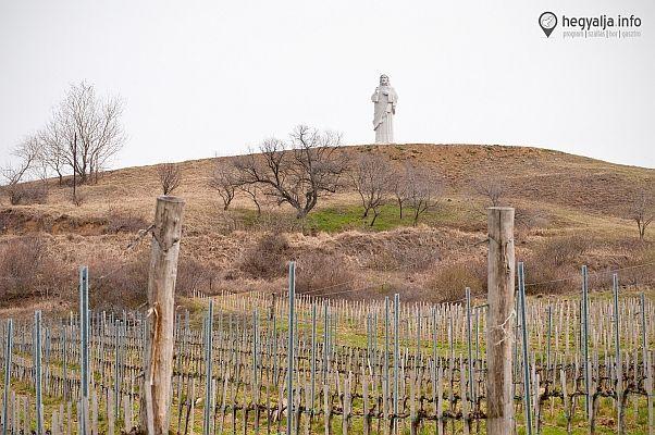 Gigantikus Krisztus szobor Tokaj-Hegyalján - Nyolc és fél méter magas, gránitból készült Áldó Krisztus szobrot állítottak fel Tarcalon. 2015,márciusban  Hegyalja.info