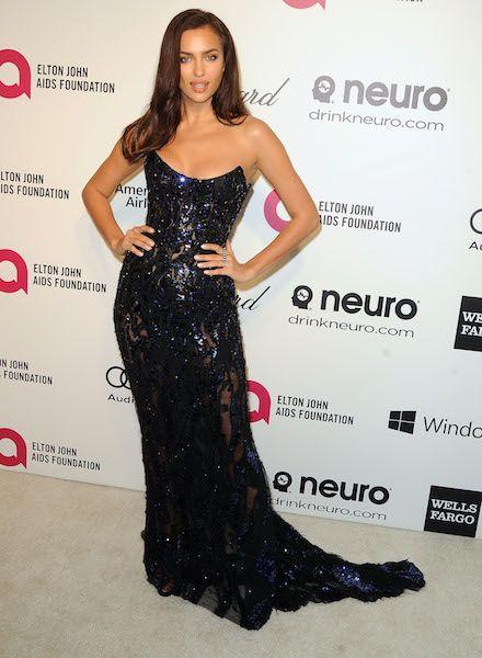 H Irina Shayk με εντυπωσιακό μαύρο φόρεμα που τονίζει το μπούστο της κόβει την ανάσα. http://www.peoplegreece.com/photo-gallery/oskar-2014-sta-party-ginonte-kaftes-emfanisis/