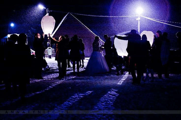 Puszczanie lampionów na weselu | fotografia ślubna Wrocław - AnnaTyniec | https://www.facebook.com/AnnaTyniecFotografie