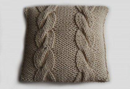 Relasé: Cuscino a maglia con il motivo di treccia - passo dopo passo