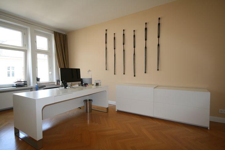 Der Schreibtisch und die Anrichte sind auf Gehrung gearbeitet wodurch ein homogener Korpus in lackierter Ausführung entsteht
