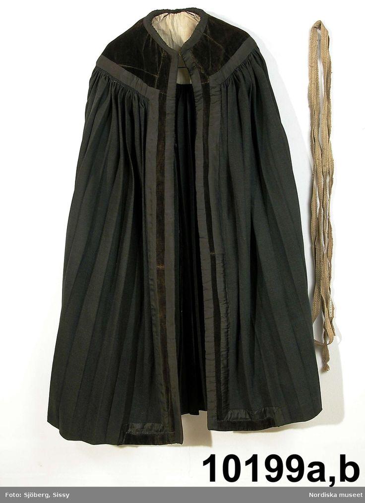 SE Bara hd. Kappa för kvinna av svart kläde, utan ärmar. Ålderdomlig typ.