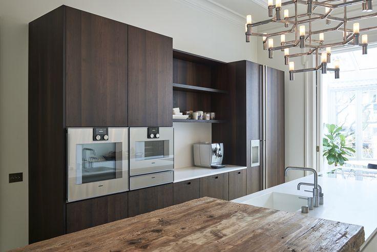 Donkere houten Boffi keuken met een Corian blad.