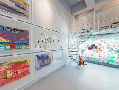 Tragwerktreppe Queen Mary 8.0 von spitzbart treppen im neuen Workshop-Raum von little ART im Münchner Künstlerhaus am Lenbach-Platz. Spindeltreppe, Treppe, designtreppe, stahl, weiß, X-Tend Edelstahlnetz, Innentreppe, Metalltreppe, geländer, Stufen