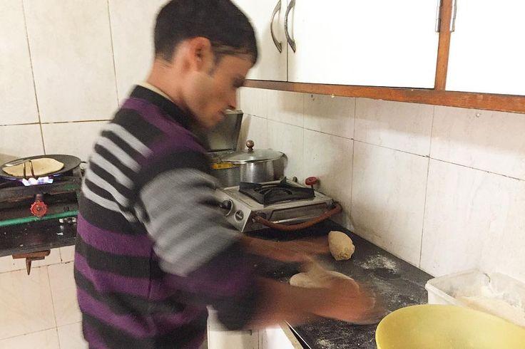 世界の食に興味がありインド料理も知りたい だからキッチンも覗き見 チャパティの間にジャガイモの具を挟んだ パラタを作っているところ  チャッカマン的着火器具で火がつく チープな感じのコンロに チャパティ専用フライパン ステンレスな入れ物 日本にはない調理器具を見て 案の定ほしい病を発症 . . #india #life #travel #インド #インド暮らし #暮らし #パラタ #暮らしの道具