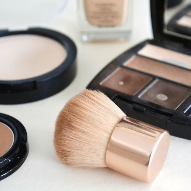 Uudessa blogipostauksessa puhutaan meikkaamisesta ja siitä kuinka syntyy mun arkimeikki.  #meikki #kosmetiikka #makeup #avon #avonfinland #cien #uusipostausblogissa #newblogpost #ripsiväri #puuteri #meikkivoide #peitevoide #varjostukset #highlights