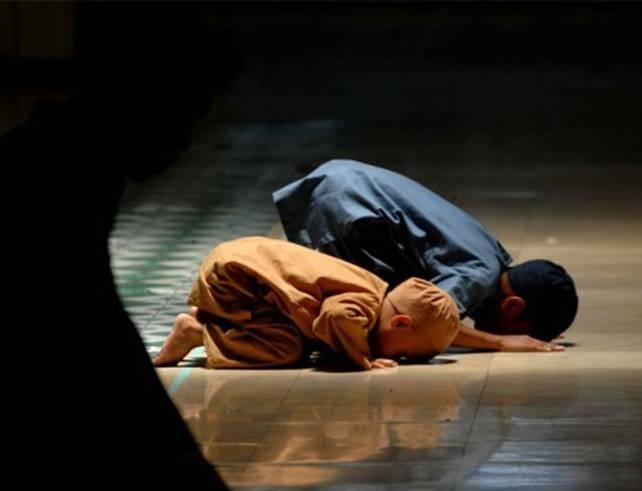 Elçiye itaat Allah'a itaattir: Kim Resûl'e itaat ederse, gerçekte Allah'a itaat etmiş olur. Kim de yüz çevirirse, Biz seni onların üzerine koruyucu göndermedik. (Nisa Suresi, 80)