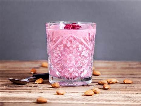 Klassisk bärsmoothie med frysta bär, banan och mandelmjölk. #smoothie #recept #mellis