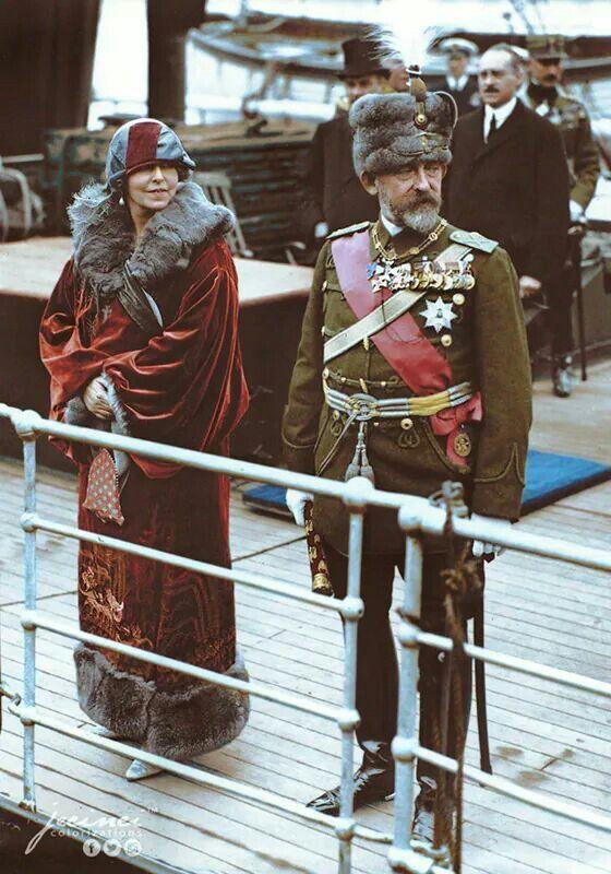 """Regele Ferdinand si Regina Maria sosind in Dover (Marea Britanie) in timpul unei vizite de stat. - 12 Mai 1924 Documentare uniforme : Emil Boboescu Colorizare: Jecinci """" Am ajuns la 11 la Calais, unde am fost intâmpinaţi de autorităţile franceze de acolo şi de către un amiral englez al cărui nume nu mi-l pot aminti. A fost trimis un vas să ne Intâmpine, dar nu iahtul regal """"Victoria şi Albert"""", fiindcă portul este prea mic pentru el şi vechea navă """"Alexandra"""" nu mai există."""