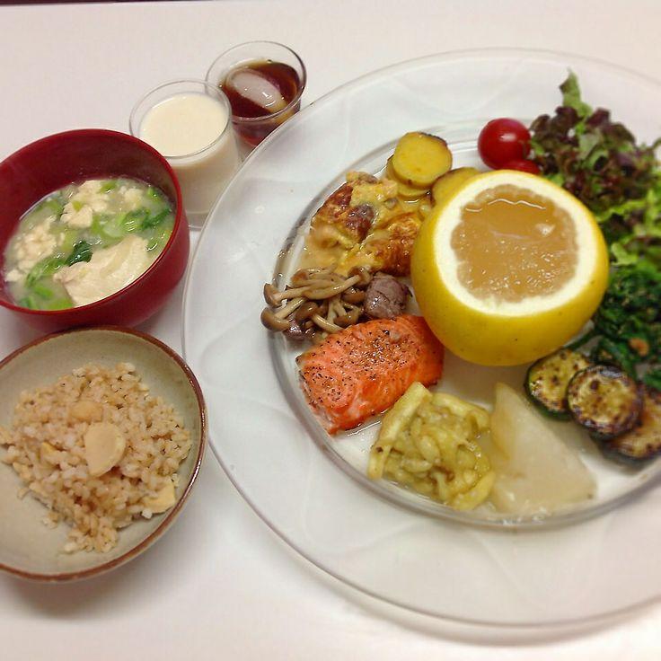 にしやま由美式ダイエットプレート (時計回りに食べる) 2014.3.13の朝プレートのご紹介をします。  食べる順番を覚えると、外食をしても自然にそのようになりますよ。  大きめのプレートに食材を並べて、12時の位置から順番に食べます。お味噌汁や玄米タケノコご飯は、お魚のあたりから食べはじめます。  いつも、最後に飲む西山酵素30mlと豆乳も添えてあります。  この食材の順番は、血糖値を急激に上げないので家族全員が健康になります。   毎朝、作ってアップします。 ダイエットプレート本も出版中です!!