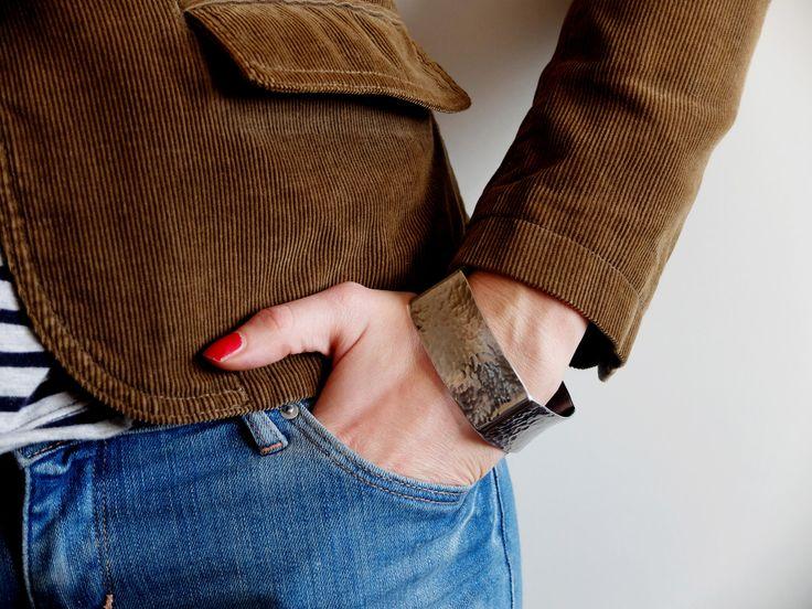 náramek tepaný hranatý nehranatý Tento krásný, výrazný náramek je vyrobený z nerez oceli. Je lehoučký, elegantní, příjemný na nošení. Moc slušivý. Rozhodně zaujme. Má průměr 7,1 cm a šířku 2,5 cm. Tvarově se jedná o čtverec s vypouklými stranami. Takže hranatý nehranatý...