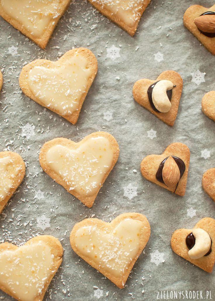 delikatne ciastka migdałowe- idealne do wycinania, pięknie trzymają kształt, są delikatne i kruche. doskonałe z czekoladą lub lukrem np. mandarynkowym.