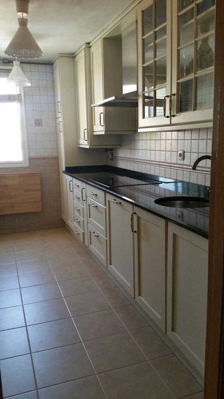 cocina de madera con encimera de granito negro absoluto