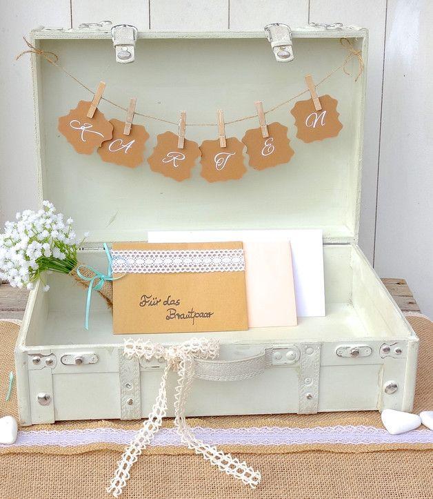 Dieser wunderschöne Koffer im Vintage-Stil dient bei einer Hochzeit zur Aufbewahrung aller Glückwunschkarten und Geldgeschenke Ihrer Gäste. Zugleich ist die Briefbox ein toller Hingucker und eine... (Diy House Party)