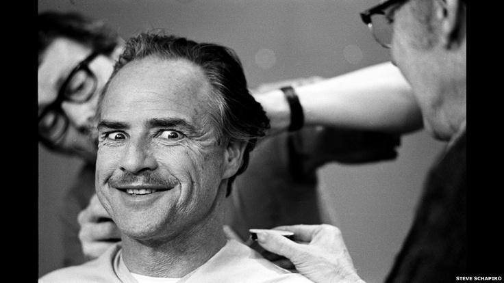 """Imágenes inéditas de las estrellas de Hollywood   Marlon Brando durante la sesión de maquillaje en """"El Padrino"""", Nueva York, 1971"""