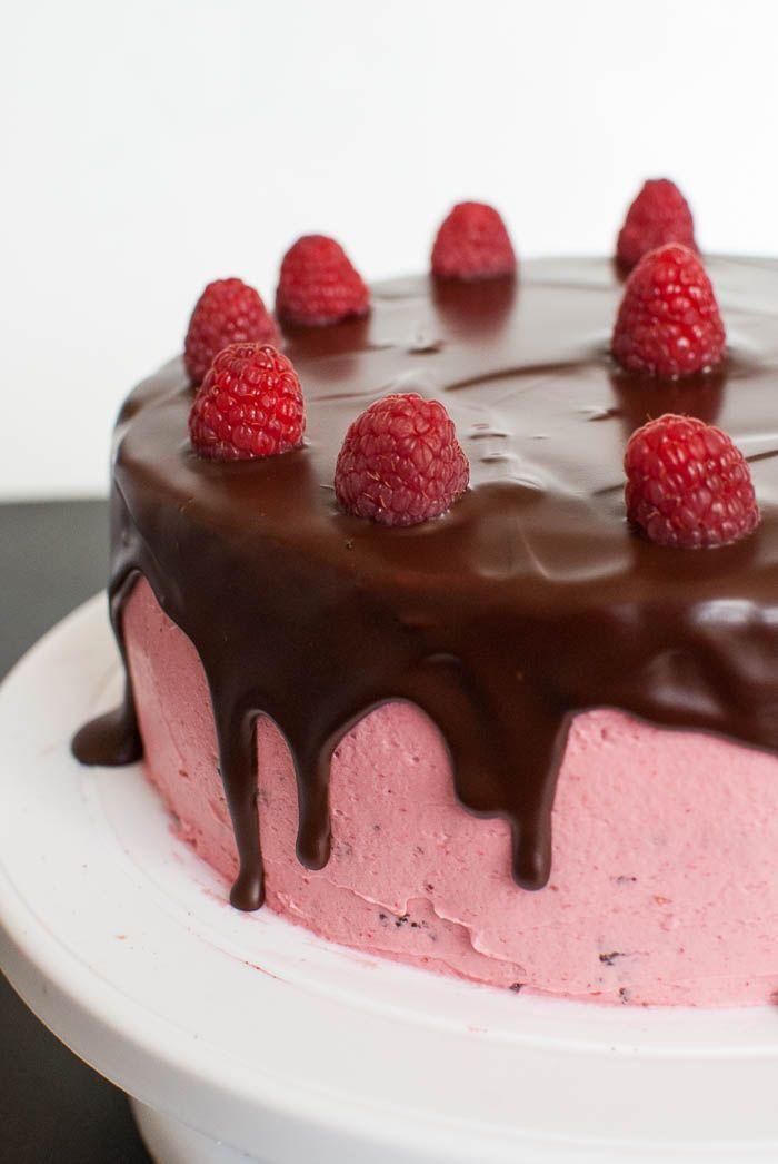 Ich finde den Look von über den Rand der Torte laufender Ganache total toll. Und bei dieser leckeren Schoko-Himbeer-Torte sieht die Ganache im Kontrast zu dem hübschen Rosa der Himbeer-Swiss-Meringue-