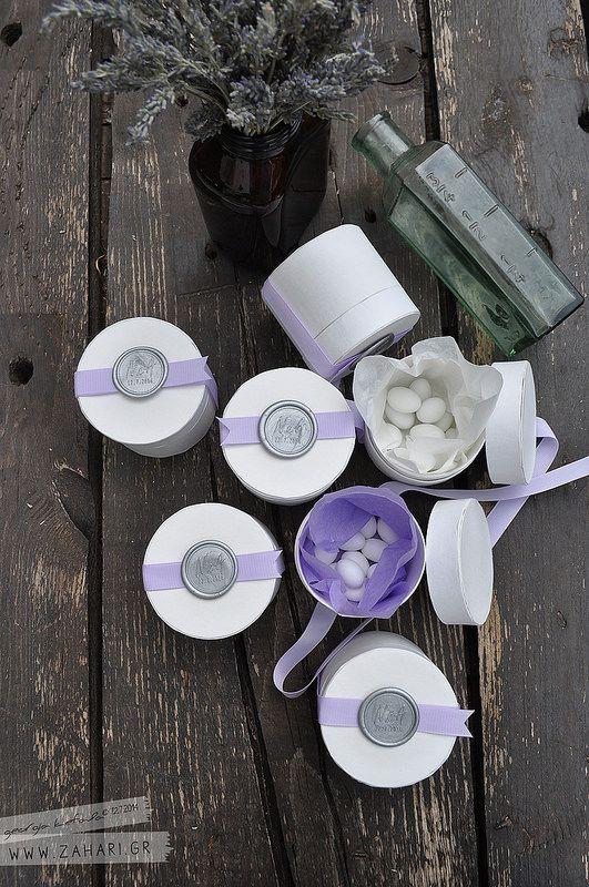 Στρογγυλά κουτιά - μπομπονιέρες, είναι σφραγισμένα με βουλοκέρι με τα αρχικά του ζευγαριού και την ημερομηνία του γάμου τους.