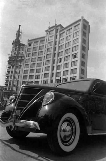 Ford estacionado na Praça da Sé em 1938. No fundo, destaque para o Edifício Rolim. Crédito: Benedito J. Duarte REACIONÁRIO: MEMÓRIA - FOTOS ANTIGAS DE SÃO PAULO 2