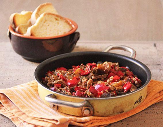 Gli straccetti di vitello sono un secondo piatto semplice e molto gustoso che si prepara velocemente. La carne in questa ricetta è accompagnata dal peperone rosso e e dalla melanzana, insaporita da abbondante origano, salsa di soia e salsa worcester, che danno la giusta salinità e quel tocco di piccante rendendo la ricetta non banale. #straccetti #beef #peperoni #pepper #melanzane #eggplant #salsadisoia #salsaworcester #semidisesamo #food #springfood #sogood #bontaitaliane #passionecucina…