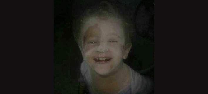 Η φωτογραφία με το χαμόγελο μικρού παιδιού, σκονισμένο, στα ερείπια, μετά από βομβαρδισμό [εικόνες]