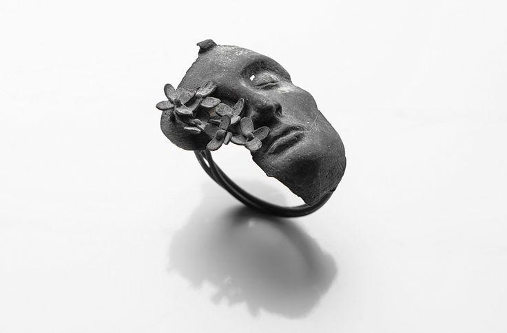 Burcu Büyükünal Ring: Let It…, 2016 400 karat silver 2 x 3 x 3 cm Photo by: Umut Töre