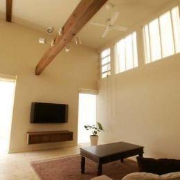 『海を望む家』建築家と建てる横須賀の狭小住宅 (ハイサイドライトのある明るいリビング)