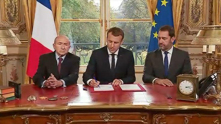 Emmanuel Macron signe en direct depuis son bureau de l'Élysée la loi antiterroriste