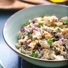 Menu zawsze warto wzbogacić o różnorodne warzywa. Jedzmy je na surowo, w postaci surówek i - lekko obgotowane - w sałatkach. Oto propozycje pięciu łatwych sałatek. Niech zastąpią tradycyjne kanapki i talerz gorącej zupy.