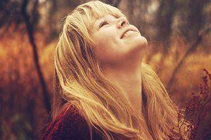 Seja alegre e otimista. Não perca tempo em olhar para trás, para ver o que já fez. Olhe para a frente e caminhe confiante e alegre, praticando o bem e ajudando a todos. Dê a mão a cada criatura que se lhe aproxima, diga sempre uma palavra de conforto e carinho, tenha para todos um sorriso de bondade, e a verdadeira felicidade passará a constituir seu clima permanente de vida.