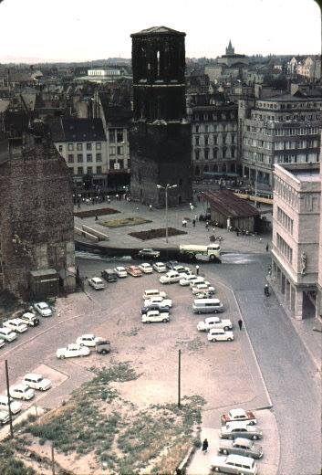Der Markt 1966 noch mit Schmetterling und ohne Turmspitze. Mein Vater fährt diesen Sprengwagen.