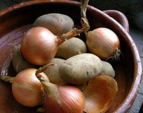 Patates ve soğanlarınızı ayrı ayrı muhafaza edin ve patateslerinizin uzun süre taze kalması için, patates sepetinizin içine bir yeşil veya kırmızı ELMA atın; ve  her yeni patates aldığınızda bunu tekrarlayın ..