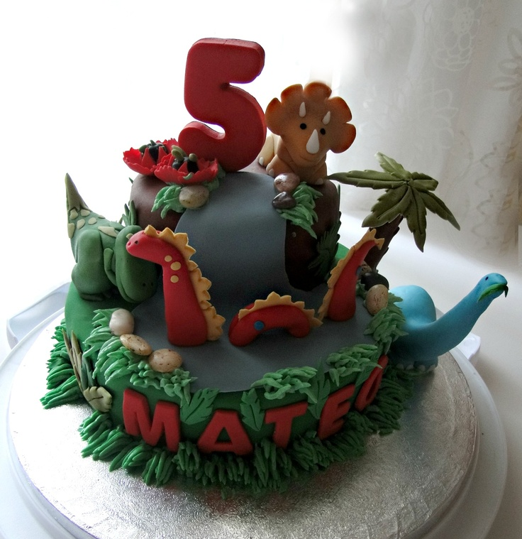 Dino cake - oh my.. how cute is this cake!? Definitely a finalist for squirt's party