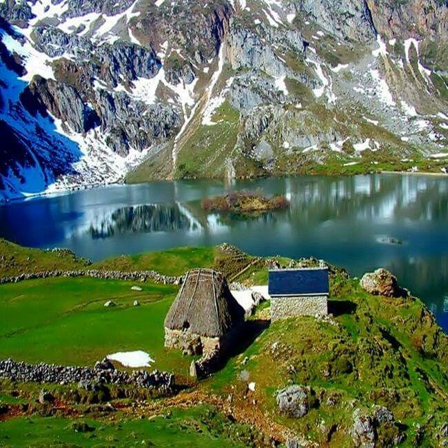 Lago del valle en El Valle del Lago, Somiedo
